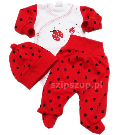 Komplet niemowlęcy złożony z 3 ubranek: body, półśpiochów i czapki dla niemowlęcia. Wszystko stylizowane na biedronkę