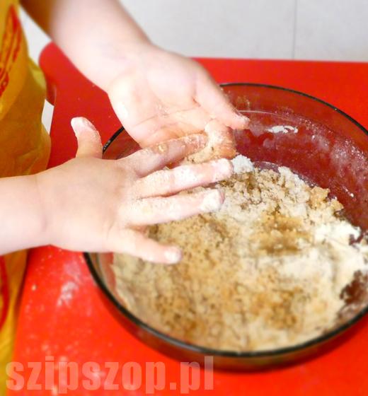 lepienie ciasta w kuchni dzieci